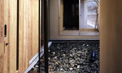 木造スケルトンの家 (玄関アプローチ)