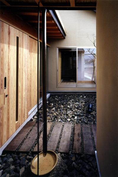 玄関アプローチ (木造スケルトンの家)