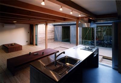 キッチン~ガレージ (ガレージの家)