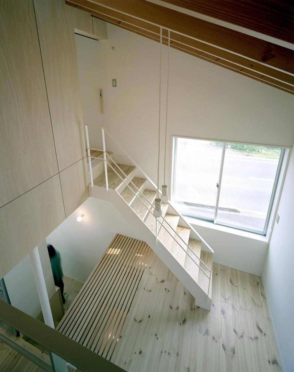 床段差の家 (ロフトから見下ろす)