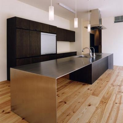 4mステンレス無垢坂アイランドキッチン (中庭と水盤のある家|上新田の家)
