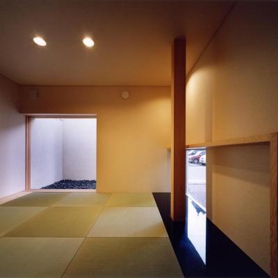 中庭からアプローチする離れ 坪庭のある和モダン空間 (中庭と水盤のある家|上新田の家)