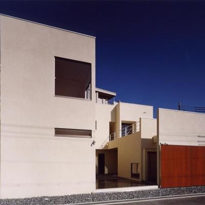 外観03 木製大型引戸を開放し中庭と繋がる (中庭と水盤のある家|上新田の家)