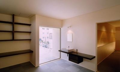 中庭と水盤のある家|上新田の家 (ウォークスルークローゼットを通ってベットルームへ)