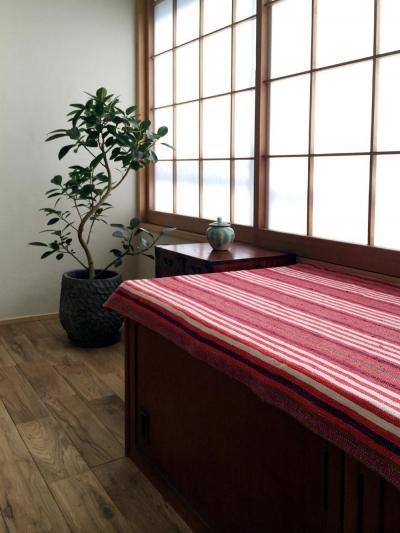 リビング窓際の既存箪笥を転用したベンチ (高円寺のリノベーション)