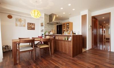 M邸・家族と囲む、明るいキッチン