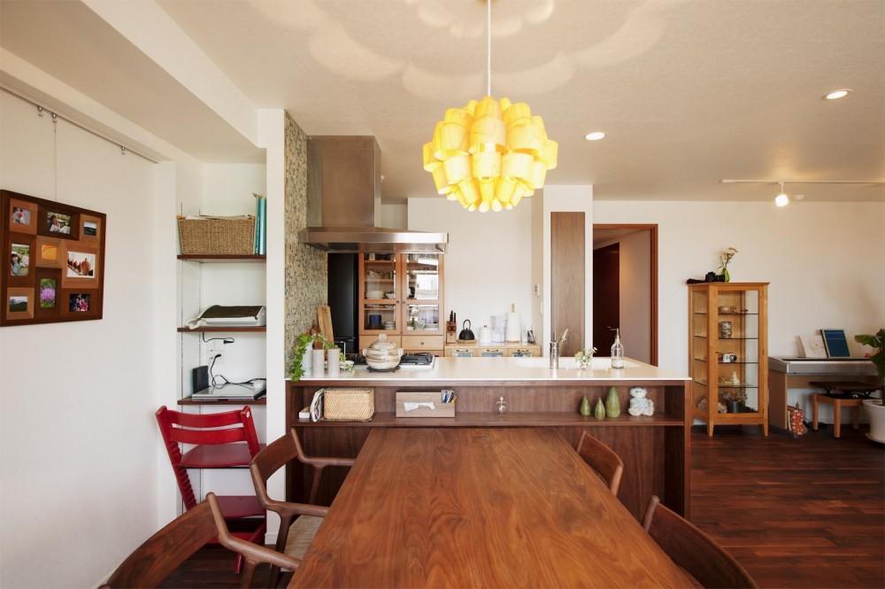 M邸・家族と囲む、明るいキッチン (ダイニングからキッチンとリビングを見る)
