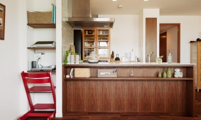 M邸・家族と囲む、明るいキッチン (ウォールナットの床材と省スペースのパソコンカウンター)