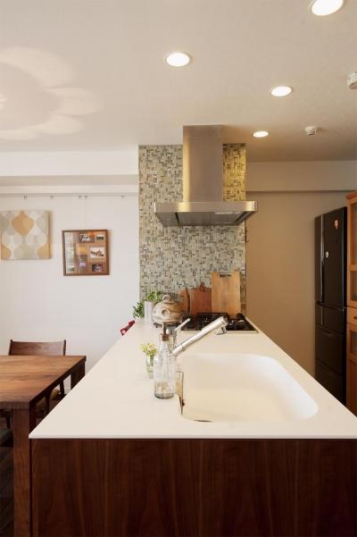 こだわりのオリジナルキッチン2 (M邸・家族と囲む、明るいキッチン)