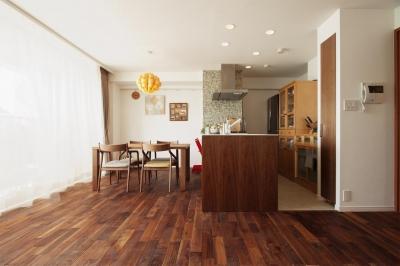 素材をそろえて統一感のある空間に (M邸・家族と囲む、明るいキッチン)