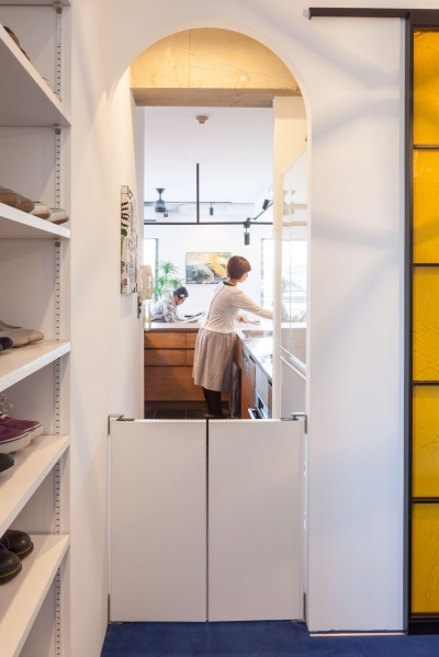 キッチンへの導線 (TOP UP!—たくさんの趣味を盛り込んだ機能的なお部屋)