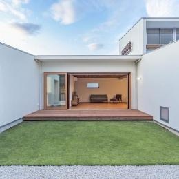 丸川の家 (芝生のあるコートハウス (日中))
