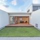 芝生のあるコートハウス (日中) (丸川の家)