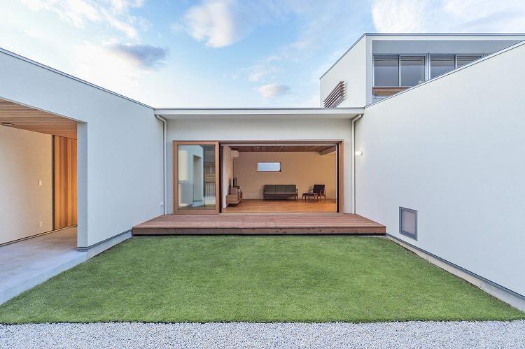 丸川の家の部屋 芝生のあるコートハウス (日中)