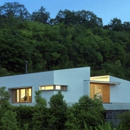 喜多町の家 (緑に囲まれた白い外観 (夕景))