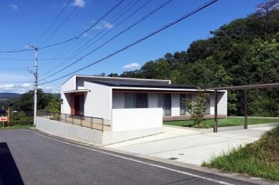 カーポートのある白い外観 (喜多町の家)
