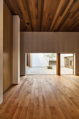 喜多町の家の部屋 中庭の見える玄関ホール