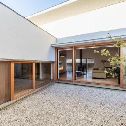 喜多町の家 (中庭からリビングを望む)