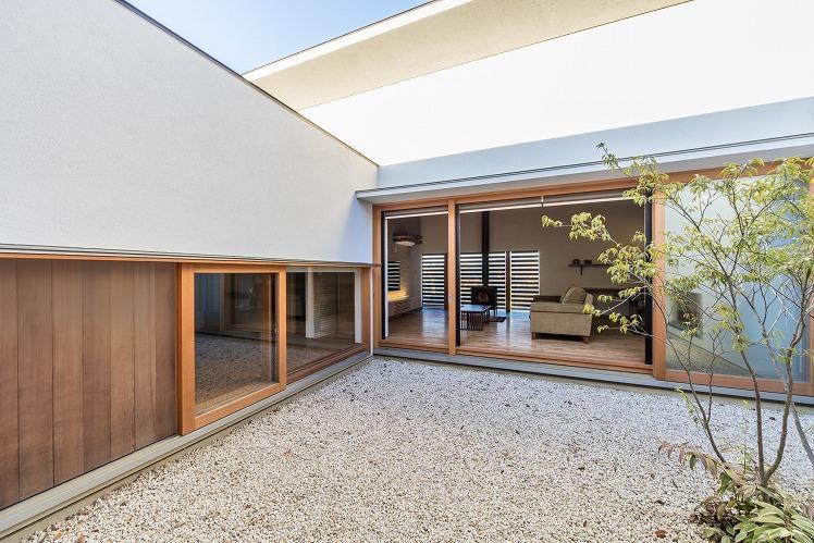 喜多町の家の部屋 中庭からリビングを望む