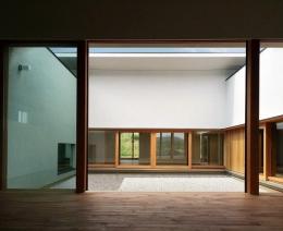 喜多町の家 (リビングから中庭を望む)
