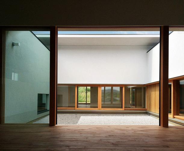 喜多町の家の部屋 リビングから中庭を望む