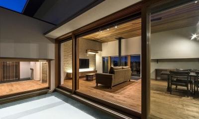喜多町の家 (中庭から明かりの灯ったLDKを望む)