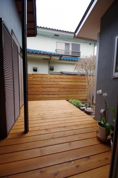 陽廻りの家 (板塀とデッキ)