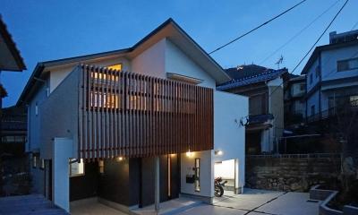 「バイクガレージと遊び場のある2階リビングの家」