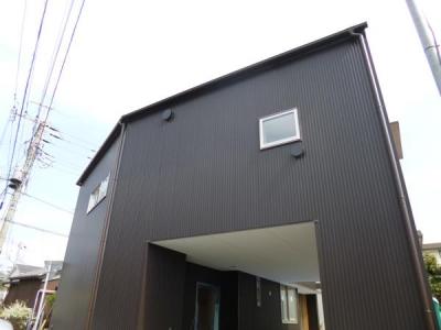 ダークブラウンのガルバリウムの外壁 (市川市Kさんの家新築工事)