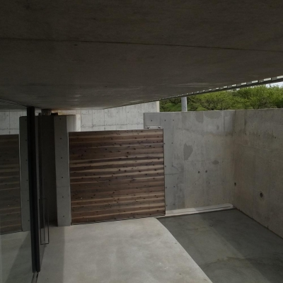 エントランス  中庭より 03 (三つの中庭のある家|10mの大開口・擁壁をくり抜き地下のある家)