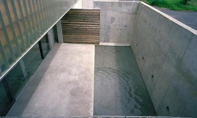 コンクリート.石.木.ガラス.水.FRP それぞれの存在感|三つの中庭のある家|10mの大開口のある家