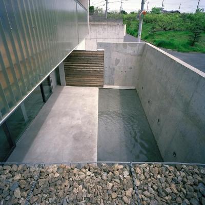 コンクリート.石.木.ガラス.水.FRP それぞれの存在感 (三つの中庭のある家|10mの大開口のある家)