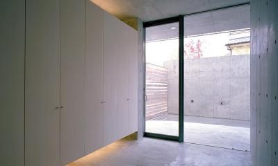 エントランス  玄関ホールより 05|中庭と水盤のある家03 既存RC擁壁をくりぬいて