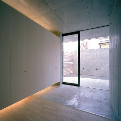 エントランス  玄関ホールより 05 (三つの中庭のある家|10mの大開口・擁壁をくり抜き地下のある家)