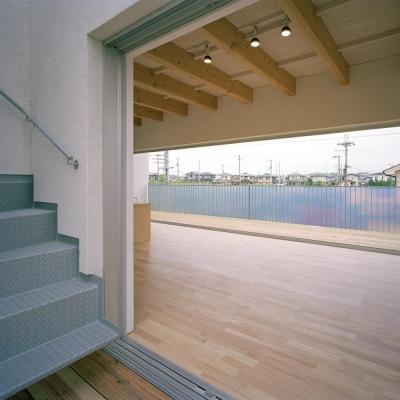 ウッドテラスと屋上テラスへ続く屋外階段 01 (三つの中庭のある家|10mの大開口のある家)