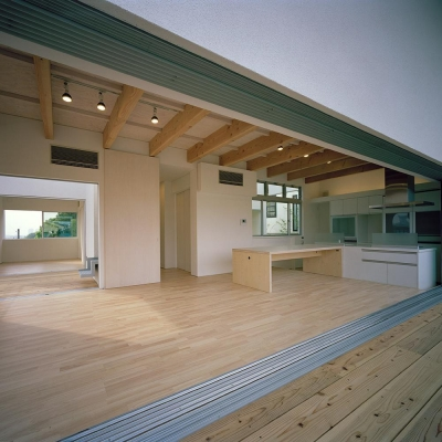 ウッドテラスと屋上テラスへ続く屋外階段 02 (三つの中庭のある家|10mの大開口・擁壁をくり抜き地下のある家)