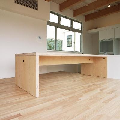 オリジナルダイニングテーブル (三つの中庭のある家|10mの大開口のある家)