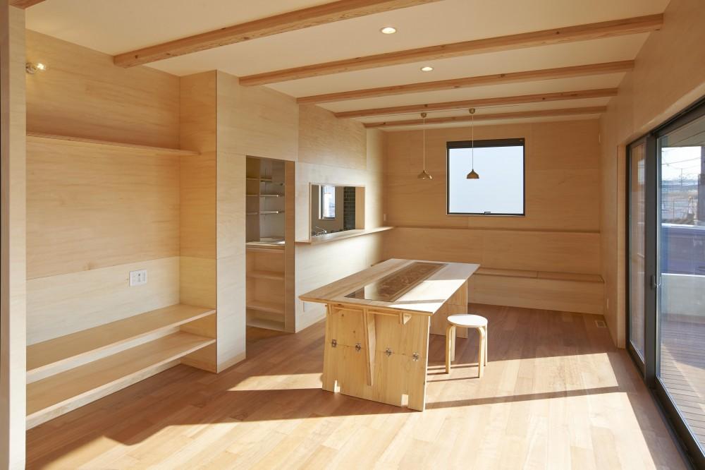 『神領の住宅』 〜 操車場を眺める水平連続窓のある家 〜 (リビングダイニング)