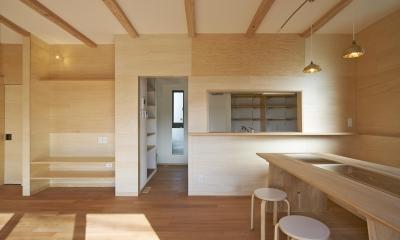 『神領の住宅』 〜 操車場を眺める水平連続窓のある家 〜 (ダイニングからキッチン側を眺める)
