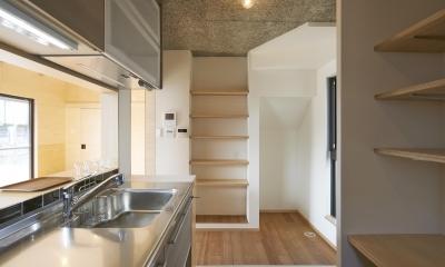 『神領の住宅』 〜 操車場を眺める水平連続窓のある家 〜 (キッチン)