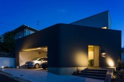 神戸の風景と愛車で挟まれたリビング ほぼ平屋での生活空間 : 西岡本のガレージハウス (in-ex)