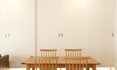 S邸・シンプルで木の温もりを感じるお家 (棚をたっぷり設けた大容量の壁面収納で、室内は常にすっきりと)