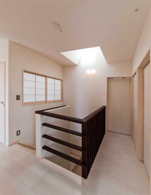 多機能な格子の部屋 トップライトのある階段