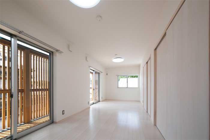 多機能な格子の部屋 白を基調とした洋室