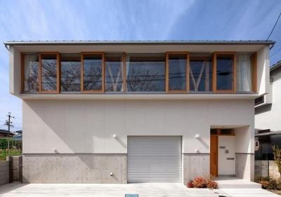 Sakura (インナーガレージのある白い家)