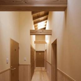 「つし」のある家 (梁の見える廊下)