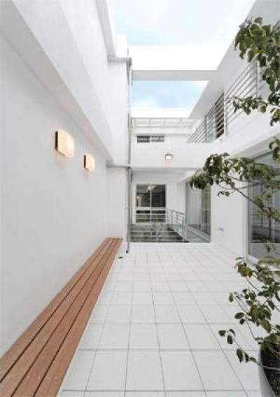 WHITE BOX&BLACK WALL (2階テラスより中庭を見る)