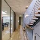 WHITE BOX&BLACK WALLの写真 2階階段から居間を見る