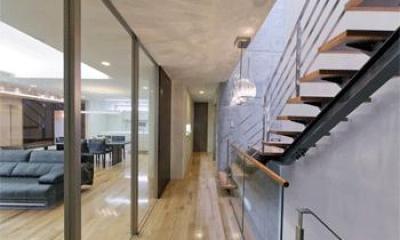 WHITE BOX&BLACK WALL (2階階段から居間を見る)