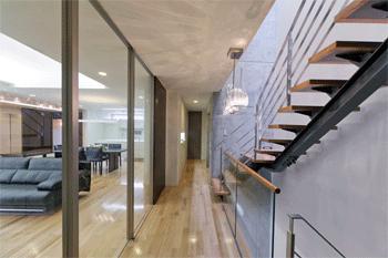 WHITE BOX&BLACK WALLの部屋 2階階段から居間を見る